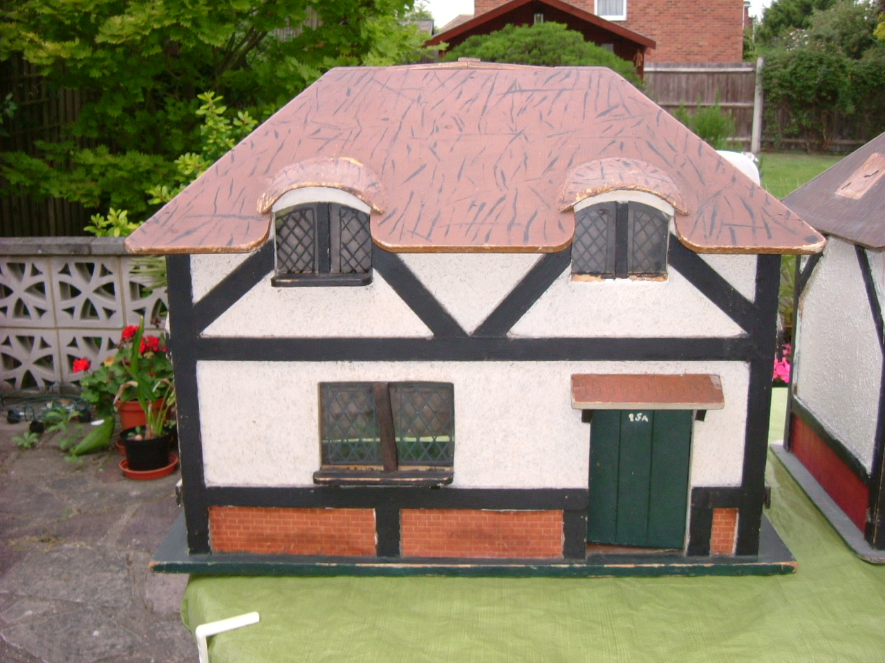 Triang - The Queen's Dolls' House - Exterior