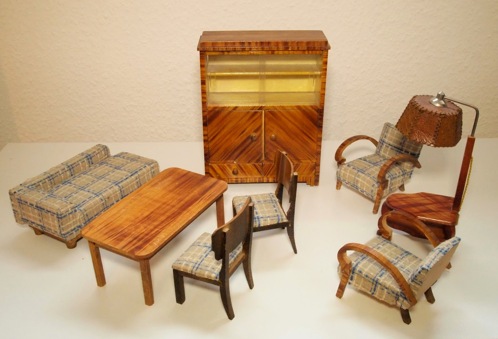 Set of wooden veneered living room furniture with lamp